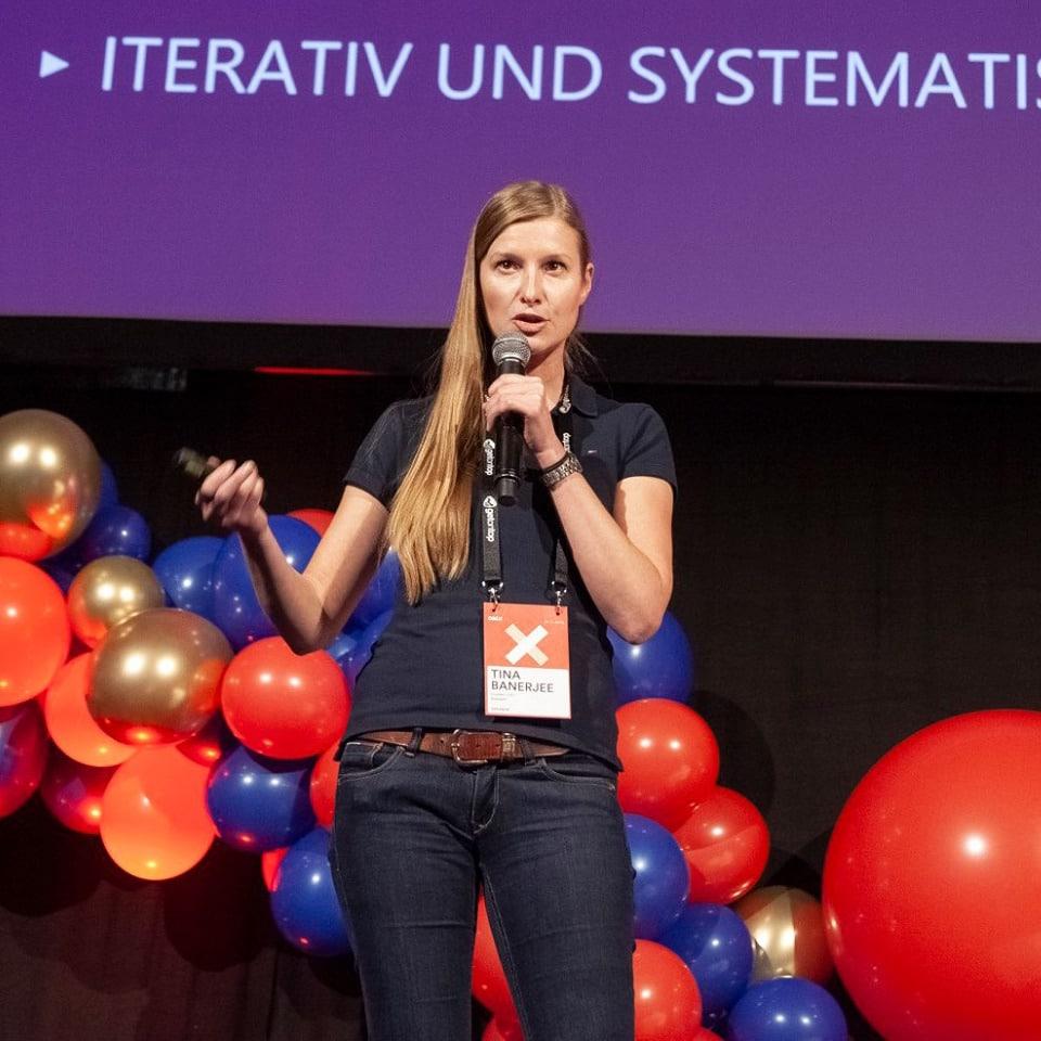 Tina spricht auf der OMX 2019 in Salzburg